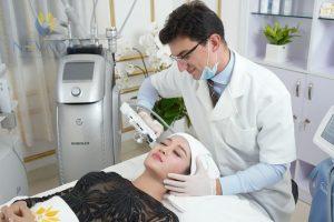 So sánh phương pháp xóa nhăn da mắt Utherapy và căng da mắt nội soi