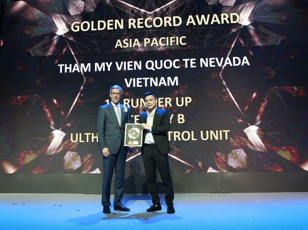 Phó tổng giám đốc Nguyễn Cao Cường (đại diện TMV) nhận giải tại Golden Reward Adward