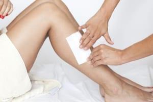 Cách wax lông chân tại nhà đơn giản nhất, thổi bay 100% sợi lông