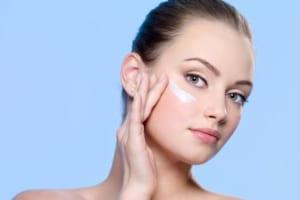 Vì sao vùng da quanh mắt thường bị lão hóa sớm? Cách khắc phục thế nào?
