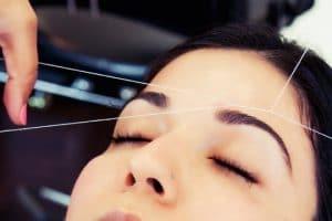 Cách se lông mặt bằng chỉ hiệu quả đơn giản có thể thực hiện ở nhà
