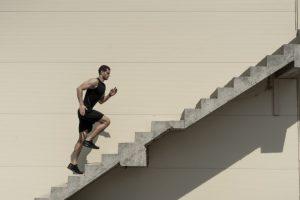 Leo cầu thang có giảm cân không? Hướng dẫn cách leo cầu thang giảm cân cho chị em văn phòng