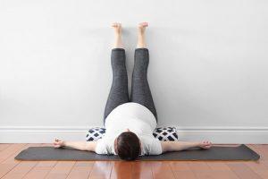 Nằm gác chân lên tường có giảm cân không? Lợi ích, tác hại là gì?